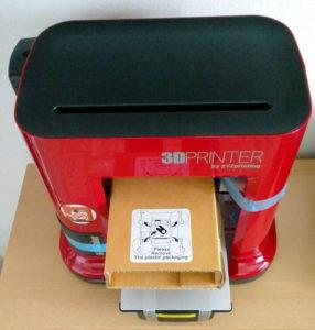 Zunächst müssen Kartons und blaue Schleifen vom XYZprinting Drucker entfernt werden