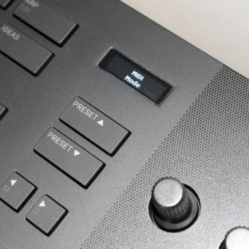 Das Display leuchtet, das Komplete Kontrol A61 ist einsatzbereit.