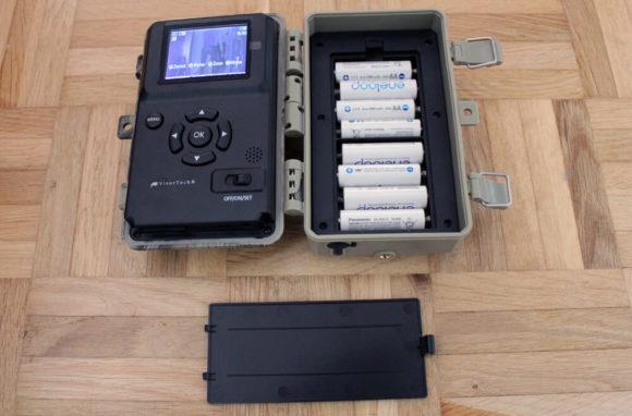 Mit 8 AA-Batterien erweckt man die Wildkamera zum Leben.