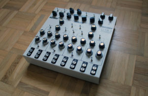 Der analoge Synthesizer in seiner vollen Pracht.