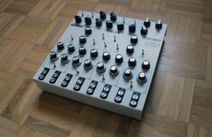 Der analoge Synthesizer in seiner vollen Pracht.