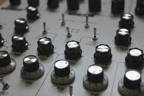 Außer einem MIDI-Anschluss fehlt dem Lyra-8 nichts.