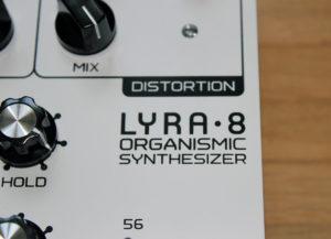 Abgesehen durch ca. die Hälfte der Größe und Drehpotis ist der Unterschied zwischen Lyra-4 und 8 auch am Logo erkennbar.