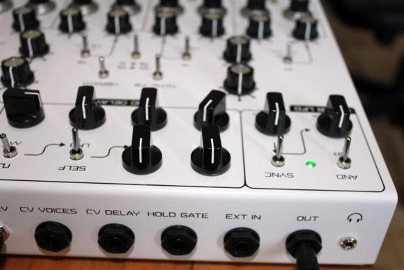 Um etwas auf die Ohren zu bekommen muss noch ein Lautsprecher oder Kopfhörer angeschlossen werden.