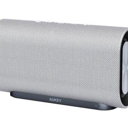 Das feine Stoffnetz und der elegante Ständer des BT-Lautsprechers ergänzen sich ideal.