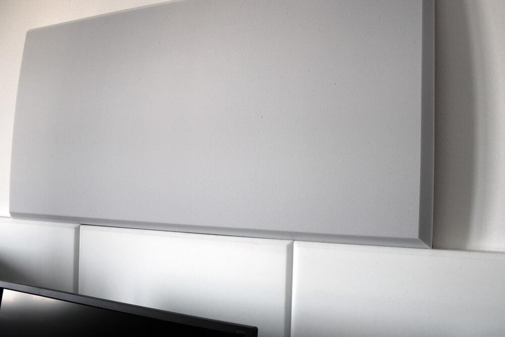 Die großen Ewos Akustikschaumstoffplatten gegenüber halb so großem, weißem Decor der Konkurrenz.