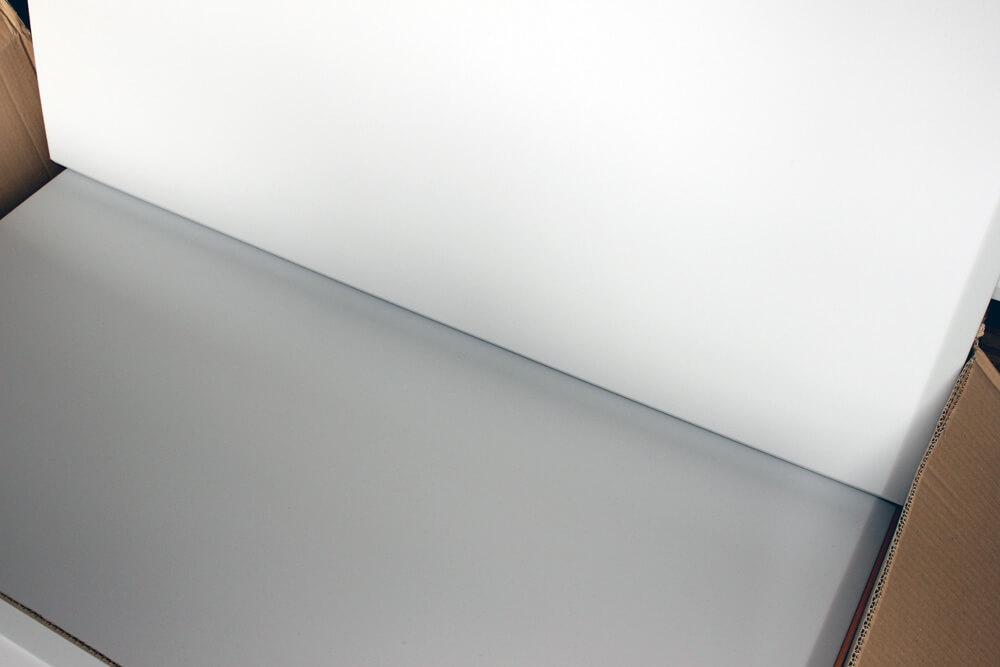 Ewos Akustikschaumstoff hellgrau im Farbvergleich mit sterilem weiß. Wir empfehlen den sanften Grauton.