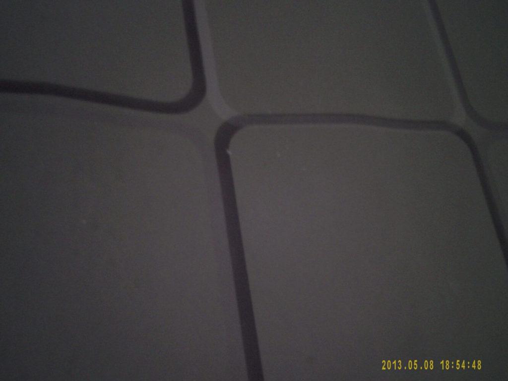 Eine Nachtaufnahme im Innenbereich bei minimalem Lichteinfall.