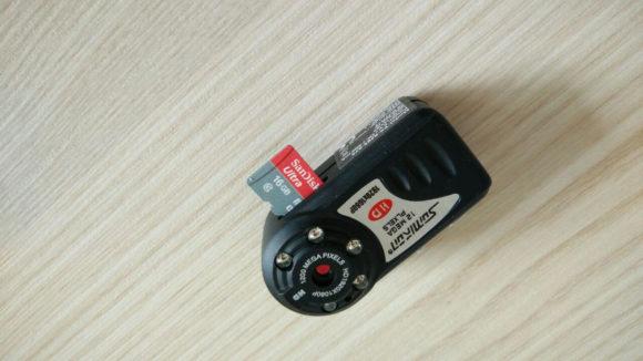 Die Somikon-Cam ist unbestreitbar kompakt, wie der Vergleich zu einer microSD-Karte zeigt.