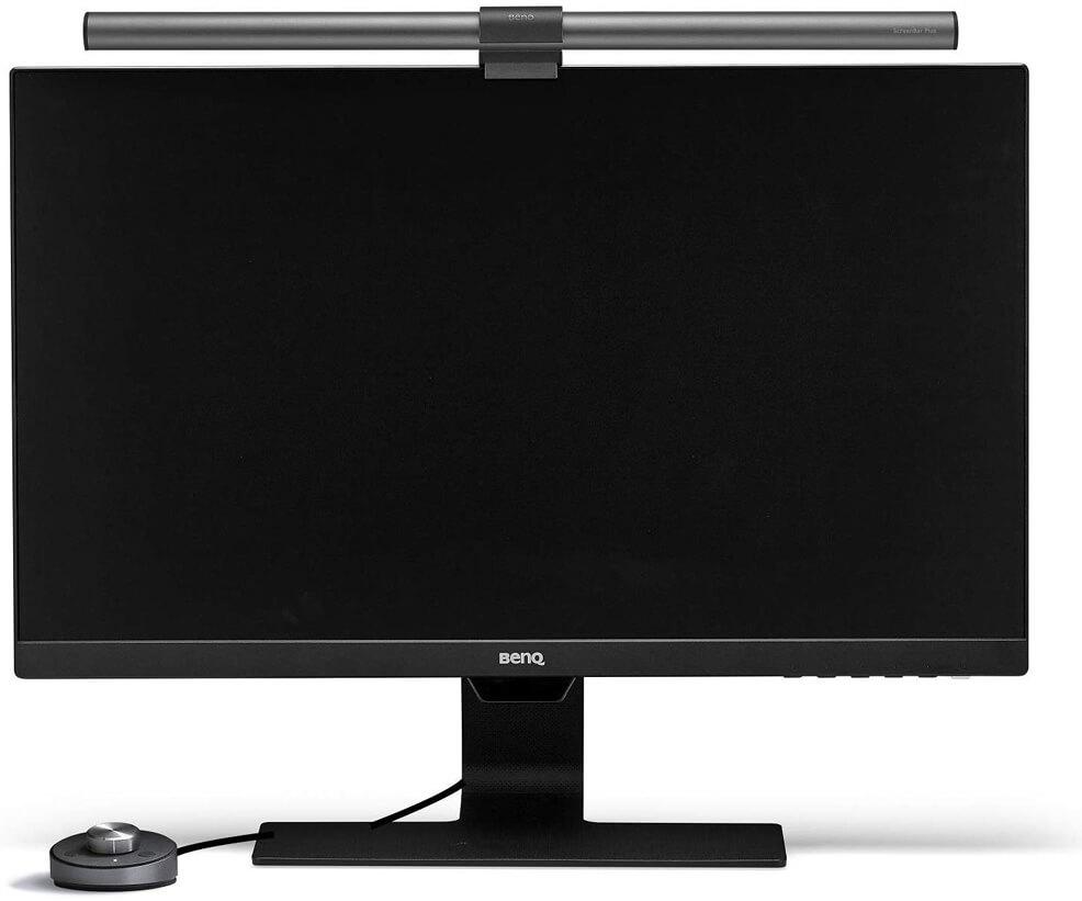 Ein Produktfoto als Beispiel der ScreenBar Plus an einem Computermonitor.