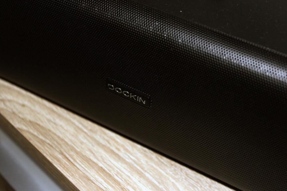 Eine Nahaufnahme des Gitters vor den Lautsprechern der Bluetooth Box.