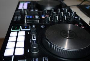 Ein erster Blick auf den DJ-Controller nach dem Auspacken.