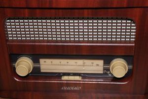 Das auvisio Retro-Radio in der Frontansicht.
