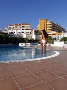 Die Rückseite des Hotels mit einladendem Pool.