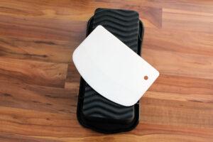 So wird die Silikon-Backform samt Teigspachtel geliefert.