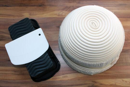 Die Backform und die Gärkörbe vereint. Beide Produkte leisten Großartiges.